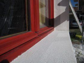 Cadre de la fenêtre : il aura bien sûr fallu protéger les menuiseries avec un film plastique le temps d'enduire.